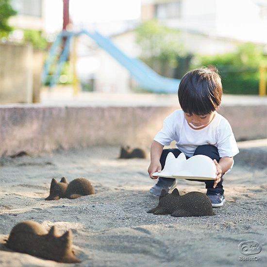 お休みの日には、砂場や砂浜にでかけて、子ネコをあちこちに出現させてしまいましょう。土や砂でつくる可愛い子ネコ。森井ユカのデザイン。