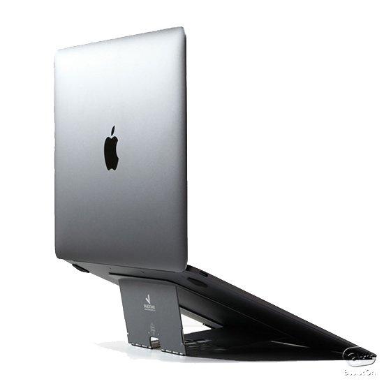 ノートパソコンを使っていると、視点が下がって姿勢が悪くなる、コシが痛くなる。そんな方のために作られた超軽量、折りたたんで厚さ1.7ミリのスタンド。